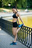 Beau modèle femelle convenable de fille de forme physique faisant le bout droit s'exerçant après séance d'entraînement dehors par photographie stock libre de droits