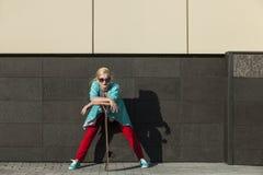 Beau modèle femelle dans des vêtements sport avec une planche à roulettes images stock