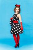 Beau modèle femelle dans la similarité du chat sur le fond bleu photographie stock libre de droits