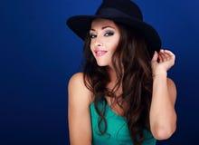 Beau modèle femelle heureux avec le maquillage lumineux et lipstic rose Photo stock
