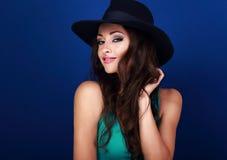 Beau modèle femelle heureux avec le maquillage lumineux et lipstic rose Images libres de droits