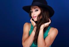 Beau modèle femelle heureux avec le maquillage lumineux et lipstic rose Images stock