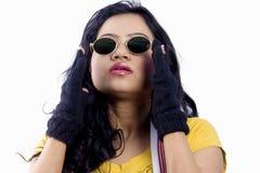 Beau modèle femelle indien avec un dessus jaune photo libre de droits