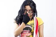 Beau modèle femelle indien avec un T-shirt jaune photographie stock
