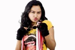 Beau modèle femelle indien avec un T-shirt jaune et des lunettes de soleil noires photos stock