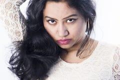 Beau modèle femelle indien dans une robe blanche image libre de droits