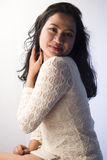 Beau modèle femelle indien dans une robe blanche photographie stock