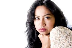 Beau modèle femelle indien dans une robe blanche image stock