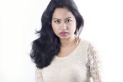 Beau modèle femelle indien dans une robe blanche images stock