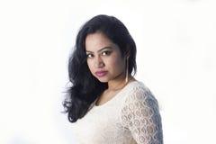 Beau modèle femelle indien dans une robe blanche photographie stock libre de droits