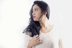 Beau modèle femelle indien dans une robe blanche images libres de droits