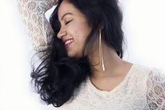 Beau modèle femelle indien dans une robe blanche photo stock