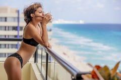 Beau modèle hispanique Lounging Around At de brune une station de vacances images stock