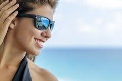 Beau modèle hispanique Lounging Around At de brune une station de vacances image libre de droits