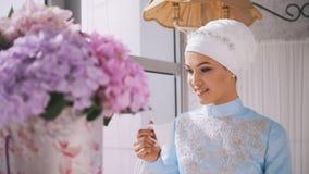 Beau modèle musulman en café potable bleu de robe de mariage photo stock