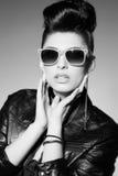 Beau modèle punk de femme dans la veste en cuir images stock