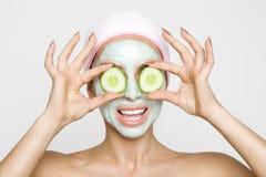 Beau modèle sexy blond de femme avec un masque facial, station thermale de beauté Photos libres de droits