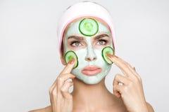 Beau modèle sexy blond de femme avec un masque facial, station thermale de beauté Images libres de droits