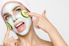 Beau modèle sexy blond de femme avec un masque facial, station thermale de beauté Image stock