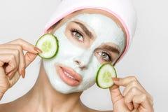 Beau modèle sexy blond de femme avec un masque facial, station thermale de beauté Photo libre de droits