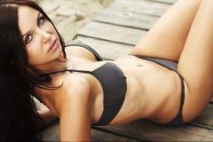 Beau modèle utilisant le bikini Images stock