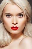 Beau modèle avec la coiffure et le renivellement créateurs Photo libre de droits