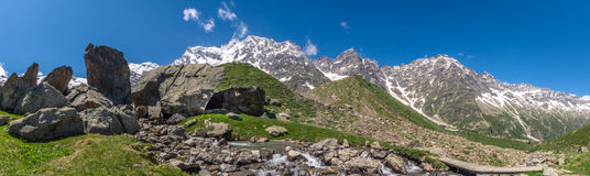 Beau Mountain View d'une vallée italienne Photographie stock libre de droits