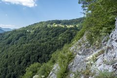 Beau Mountain View de caverne d'Uhlovitsa La caverne d'Uhlovitsa, est située 3 kilomètres au nord-est du village de Mogilitsa C'e Images stock