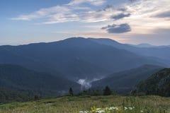 Beau Mountain View des collines sur le chemin à la hutte d'Eho Le Troyan Balkan est exceptionnellement pittoresque et offre a photos libres de droits