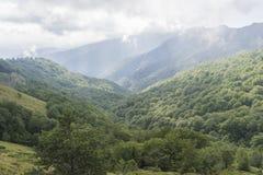Beau Mountain View des collines sur le chemin à la hutte d'Eho Le Troyan Balkan est exceptionnellement pittoresque et offre a image stock