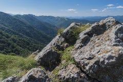 Beau Mountain View des entrées sur le chemin à la hutte de Kozya Stena Le Troyan Balkan est exceptionnellement pittoresque et image libre de droits