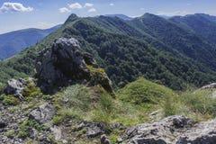 Beau Mountain View des entrées sur le chemin à la hutte de Kozya Stena Le Troyan Balkan est exceptionnellement pittoresque et photographie stock libre de droits