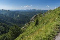 Beau Mountain View des entrées sur le chemin à la hutte de Kozya Stena Le Troyan Balkan est exceptionnellement pittoresque et photos libres de droits