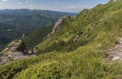 Beau Mountain View des entrées sur le chemin à la hutte de Kozya Stena Le Troyan Balkan est exceptionnellement pittoresque et images libres de droits