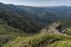 Beau Mountain View des entrées sur le chemin à la hutte de Kozya Stena Le Troyan Balkan est exceptionnellement pittoresque et images stock