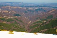 Beau Mountain View du chemin de Beklemeto à Kozya Stena, Troyan Balkan, Bulgarie photographie stock libre de droits