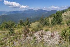 Beau Mountain View du passage de Troyan Troyan Balkan est exceptionnellement pittoresque et offre une combinaison de merveilleux photos libres de droits