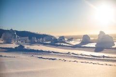Beau Mountain View froid de station de sports d'hiver, esprit ensoleillé de jour d'hiver Photo libre de droits