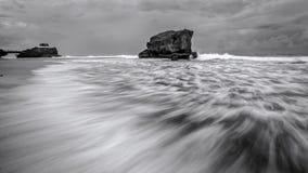 Beau mouvement de vague chez Gunungkidul, Yogyakarta, Indonésie Photographie stock