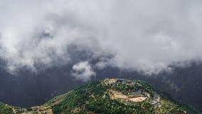 Beau mouvement des nuages en Himalaya banque de vidéos