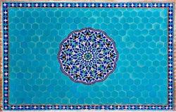 Beau mur carrelé bleu avec des modèles de Moyen-Orient dans la maison historique photo libre de droits