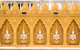 Beau mur d'or de temple Photo stock