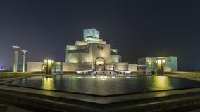 Beau musée de hyperlapse islamique de timelapse de nuit d'art dans Doha, Qatar clips vidéos
