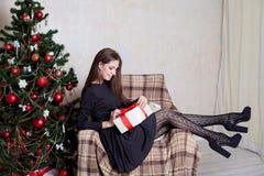 Beau Noël de cadeaux de nouvelle année de fille Photographie stock libre de droits