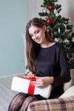 Beau Noël de cadeaux de nouvelle année de fille Photos libres de droits