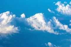 Beau nuage sur le ciel bleu, vue d'avion Images stock