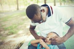 Beau père et fils se jouant en parc photos stock