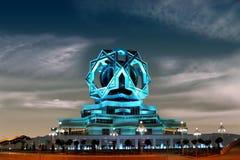 Beau palais sur un ciel nocturne comme fond. Ashkhabad. Turc Photos libres de droits