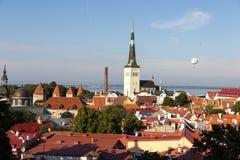 24-27 08 Beau panorama aérien d'horizon de l'été 2016 scénique de la vieille ville à Tallinn, Estonie photographie stock