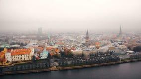 Beau panorama aérien d'horizon de vieille ville de Riga, mouvements du trafic de voiture le long de rivière de dvina occidentale  banque de vidéos